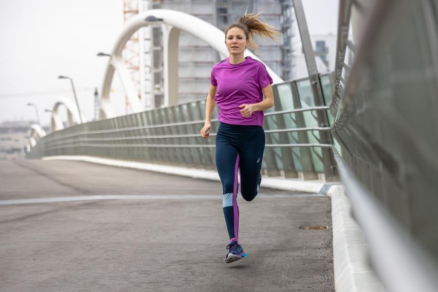 Laufende Frau Asics Outfit Wien